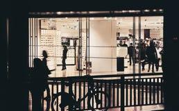 Herrekiperingsartiklar shoppar på gatan royaltyfri bild
