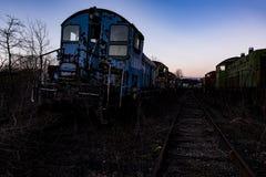 Herrelöst godsConrail lokomotiv på solnedgången - övergav järnvägdrev arkivbild