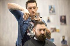Herrenfriseur, der Haarschnitt für männlichen Kunden macht Lizenzfreies Stockfoto