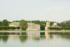 Herrenhaus fon das Ufer von einem Teich Stockbilder