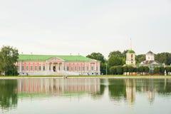 Herrenhaus fon das Ufer von Teich Stockbild