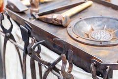 Herrero del lugar de trabajo con las herramientas y los productos Imagen de archivo