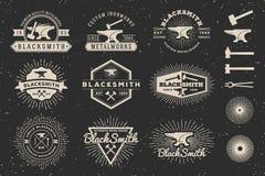 Herrero del vintage y logotipo modernos de la insignia de las trabajos de metalistería Imagen de archivo