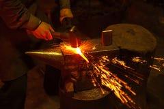 Herrero forfing el hierro caliente fotos de archivo libres de regalías