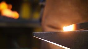 Herrero Forging Sword en un taller almacen de metraje de vídeo
