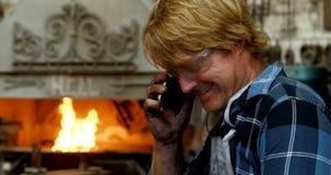 Herrero que habla en el teléfono móvil 4k