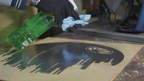 Herrero que prepara el detalle decorativo del metal para la pintura en su taller almacen de video
