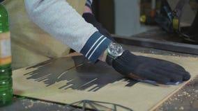 Herrero que prepara el detalle decorativo del metal para la pintura en su taller almacen de metraje de vídeo