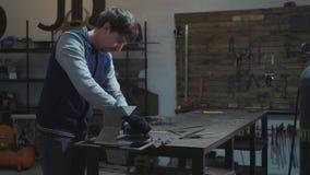 Herrero que trabaja con el detalle decorativo del metal en su taller metrajes