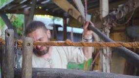 Herrero que trabaja con las pieles del herrero en fragua almacen de metraje de vídeo