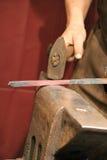 Herrero que trabaja en el metal en el yunque en el tiro de alta velocidad del detalle de la fragua imágenes de archivo libres de regalías