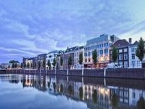 Herrgårdar som avspeglas i en hamn på skymning, Breda, Nederländerna Royaltyfri Bild