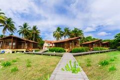 Herrlich, Ansicht des Hotelbodens mit dem Bungalow gemütlich, behagliche Häuser, die nahe dem Strandbereich im tropischen Garten  lizenzfreies stockfoto