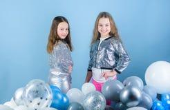 Herrlich und schön Kleine Mode-Modelle Moderne Kinderin mode Kleidung Wenig Mädchen mit entzückendem lizenzfreie stockbilder