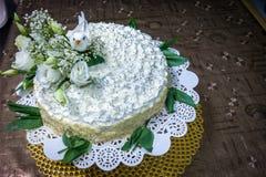 Herrlich Vogel- und Blumendekorationen auf einer selbst gemachten Vanille backen zusammen lizenzfreie stockfotografie