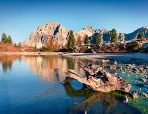 Herrliche Ansicht des Limides See- und Lagazuoi-Berges stockbild