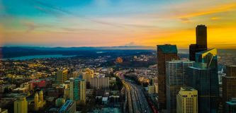 Herrliche Ansicht des Sonnenuntergangs von Seattle-Skylinen Lizenzfreie Stockfotos