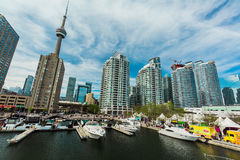 Herrliche Ansicht von verschiedenen Yachten und von Booten parkte auf Wasser, stilvolle einladende moderne Gebäude, Eigentumswohn Lizenzfreies Stockfoto