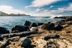 Herrliche Aussicht auf felsiger Küstenlinie von Costa Adeje-Erholungsort, Tenerif Lizenzfreie Stockfotos