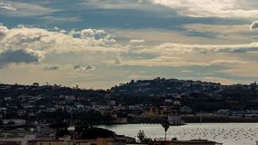 Herrliche Aussicht der Wolken, die schnell auf See Fusaro in Bacoli Neapel laufen stock video footage