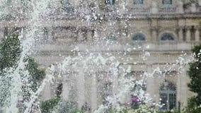 Herrliche Aussicht des Spritzens des Brunnens gesetzt vor Luxemburg-Palast stock video