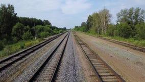Herrliche Aussicht leeren langen Eisenbahnen layng nach Grüner Grenze von Büschen und von Bäumen stock video footage