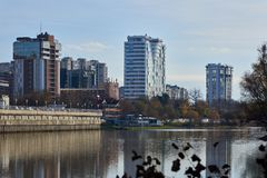 Herrliche Aussicht vom Luxuswohn von den Wolkenkratzern, die durch die alten Bäume, die Häuser komplex sind, werden im Wasser ref lizenzfreie stockbilder