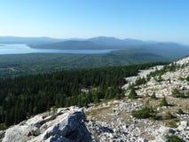 Herrliche Aussicht von der Gebirgsspitze Zyuratkul in den Urals Lizenzfreies Stockbild