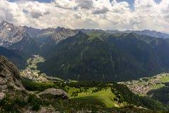 Herrliche Aussicht von Val Di Fassa dolomites Italien stockfotografie