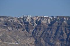 Herrliche Aussichten der Stadt von Oia auf einen Berg auf der Insel von Santorini vom Hohen See Architektur, Landschaften, Kreuzf lizenzfreie stockfotografie