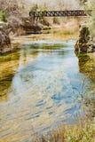 Herrliche Aussichten des Flusses und der Eisenbahnbrücke über dem Cabriel-Fluss lizenzfreies stockbild