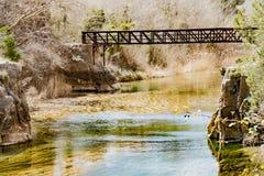Herrliche Aussichten des Flusses und der Eisenbahnbr?cke ?ber dem Fluss Cabriel stockfotos