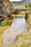 Herrliche Aussichten des Flusses und der Eisenbahnbr?cke ?ber dem Fluss Cabriel lizenzfreie stockbilder