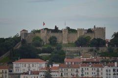 Herrliche Aussichten des mittelalterlichen Schlosses von San Jorge von San Pedro de Alcantara Garden in Lissabon Natur, Architekt lizenzfreies stockbild