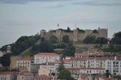 Herrliche Aussichten des mittelalterlichen Schlosses von San Jorge von San Pedro de Alcantara Garden in Lissabon Natur, Architekt stockbild