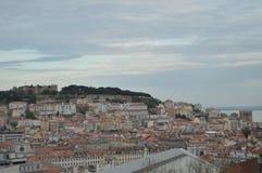 Herrliche Aussichten des mittelalterlichen Schlosses von San Jorge u. Kathedrale von San Pedro de Alcantara Garden in Lissabon Na stockfoto