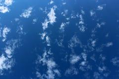 Herrliche blaue Himmel mit Bewölkung verspricht einen neuen Anfang zu einem neuen Tag Stockbilder