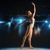 Herrliche blonde Ballerina, die auf Theaterstadium aufwirft Stockfotografie