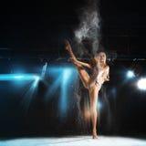 Herrliche blonde Ballerina, die auf Theaterstadium aufwirft Lizenzfreie Stockfotografie