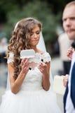 Herrliche blonde Braut im weißen Kleid Stockfotos
