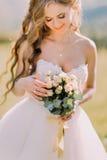 Herrliche blonde Braut mit Hochzeitsblumenstrauß von rosa Rosen schließen oben Lizenzfreie Stockbilder