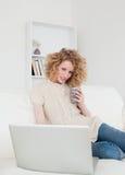 Herrliche blonde entspannende Frau Lizenzfreies Stockbild