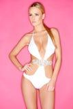 Herrliche blonde Frau in der weißen eleganten Schwimmen-Klage Lizenzfreies Stockbild