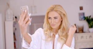 Herrliche blonde Frau, die Selfie-Foto macht Lizenzfreie Stockbilder