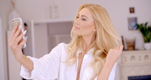 Herrliche blonde Frau, die Selfie-Foto macht Lizenzfreie Stockfotografie
