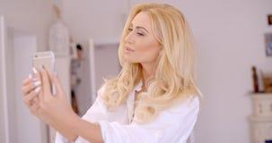 Herrliche blonde Frau, die Selfie-Foto macht Lizenzfreie Stockfotos