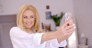 Herrliche blonde Frau, die Selfie-Foto macht Stockfoto