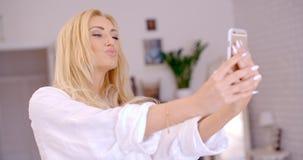 Herrliche blonde Frau, die Selfie-Foto macht Lizenzfreies Stockfoto