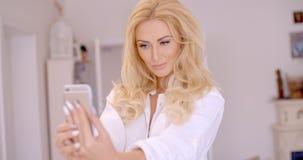 Herrliche blonde Frau, die Selfie-Foto macht Stockbilder