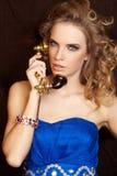 Herrliche blonde Frau im blauen Kleid Stockfotos